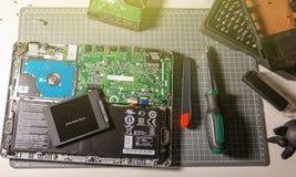 Computer portatile di aggiornamento allo SSD nell'azionamento semi conduttore dell'officina riparazioni Immagine Stock