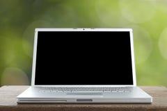 Computer portatile di alluminio su una tavola di legno Fotografie Stock