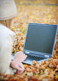 Computer portatile di autunno della donna immagine stock libera da diritti