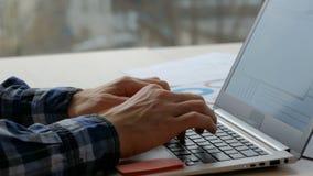 Computer portatile di battitura a macchina dell'uomo di affari di stile di vita dell'impiegato di concetto archivi video