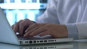 Computer portatile di battitura a macchina esperto della perizia medica del laboratorio, annotazione di dati entrante, risultati  stock footage