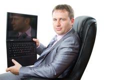 Computer portatile di conservazione del gestore in sue mani Fotografia Stock Libera da Diritti