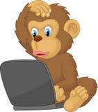 Computer portatile di funzionamento della scimmia del fumetto Immagini Stock Libere da Diritti