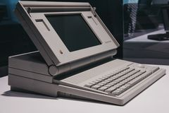 Computer portatile di Macintosh su esposizione dentro il museo di Apple a Praga, repubblica Ceca immagine stock