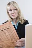 Computer portatile di With Newspaper And della donna di affari Fotografie Stock Libere da Diritti