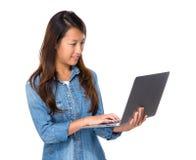 Computer portatile di Singapore di uso della donna Fotografia Stock Libera da Diritti