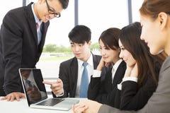 Computer portatile di uso dell'uomo di affari per presentare rapporto al collega Immagine Stock Libera da Diritti