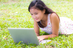 Computer portatile di uso della ragazza Fotografie Stock