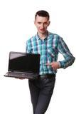 Computer portatile diritto del taccuino della tenuta della mano di posizione dell'uomo d'affari isolato Fotografie Stock Libere da Diritti