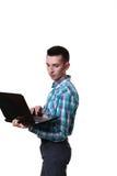 Computer portatile diritto del taccuino della tenuta della mano di posizione dell'uomo d'affari isolato Immagini Stock