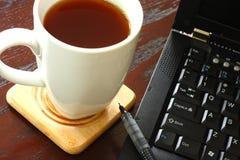 Computer portatile e caffè immagine stock