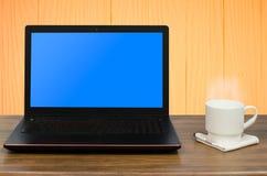 Computer portatile e caffè nella stanza di legno Fotografia Stock