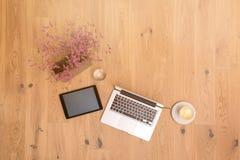 Computer portatile e compressa con lo spazio della copia sul pavimento di legno come disposizione piana Fotografia Stock Libera da Diritti