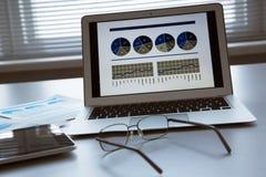 Computer portatile e compressa sulla tavola Immagine Stock Libera da Diritti