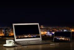 Computer portatile e compressa, uomo d'affari del posto di lavoro illustrazione di stock