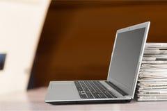 Computer portatile e giornali Fotografia Stock Libera da Diritti