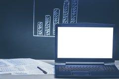 Computer portatile e grafico finanziario Fondo Fotografia Stock