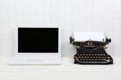 Computer portatile e macchina da scrivere moderni dell'oggetto d'antiquariato Immagini Stock Libere da Diritti