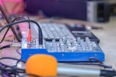 Computer portatile e miscelatore sulla tavola Immagini Stock Libere da Diritti