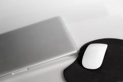 Computer portatile e mouse Fotografie Stock Libere da Diritti