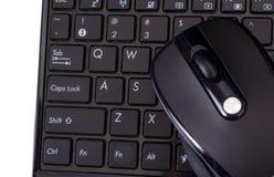 Computer portatile e mouse su bianco Fotografia Stock Libera da Diritti