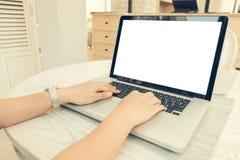 Computer portatile e Smart Phone aperti di seduta della parte anteriore della persona femminile con il For Your Information o il  Immagine Stock Libera da Diritti