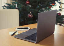Computer portatile e Smart Phone sulla tavola Immagine Stock