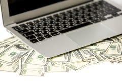 Computer portatile e soldi Immagini Stock Libere da Diritti