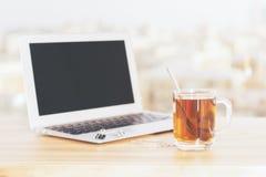 Computer portatile e tè Immagini Stock Libere da Diritti