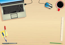 Computer portatile e tavola vuota Immagine Stock