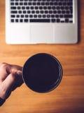 Computer portatile e tazza da caffè immagini stock libere da diritti