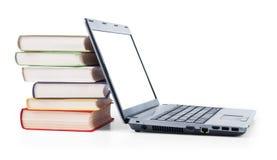 Computer portatile e una pila di vecchi libri Fotografia Stock Libera da Diritti