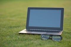 Computer portatile e vetri Immagine Stock Libera da Diritti