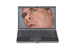 Computer portatile ed uomo curioso Immagine Stock