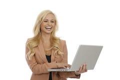 Computer portatile felice della tenuta della donna di affari fotografie stock
