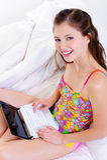 computer portatile felice femminile allegro della base Fotografia Stock Libera da Diritti