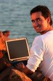 Computer portatile fra le rocce Immagine Stock