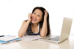 Computer portatile funzionante asiatico cinese felice della studentessa Fotografia Stock Libera da Diritti