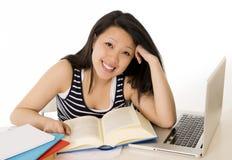 Computer portatile funzionante asiatico cinese felice della studentessa Fotografia Stock