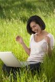 Computer portatile funzionante della donna ispanica Immagine Stock Libera da Diritti