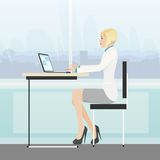 Computer portatile funzionante di seduta dell'ufficio dello scrittorio della donna di affari Immagini Stock Libere da Diritti
