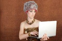 Computer portatile futuristico della donna di affari dell'allievo di modo Fotografia Stock Libera da Diritti