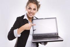 Computer portatile grazioso della holding della donna di affari Immagini Stock Libere da Diritti