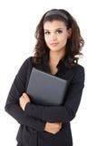 Computer portatile grazioso della tenuta della donna di affari immagine stock libera da diritti