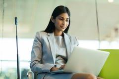 Computer portatile indiano del viaggiatore di affari Fotografia Stock Libera da Diritti