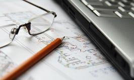 Computer portatile, matita e vetri sulla cambiale domestica immagine stock