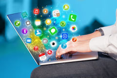 Computer portatile moderno di stampaggio a mano con le icone mobili ed i simboli di app Fotografie Stock