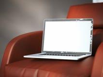 Computer portatile moderno sulla poltrona rossa rappresentazione 3d Fotografie Stock Libere da Diritti