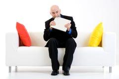 Computer portatile mordace dell'uomo di affari Immagini Stock