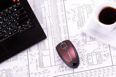 Computer portatile, mouse e tazza di caffè Fotografia Stock